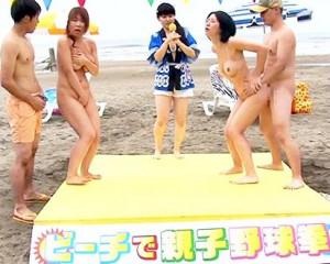 夏のビーチで親子対抗青姦企画!ゲームの敗者は母息子で母子交尾確定!ポロリおっぱいに手ブラで頑張るお母さんたち