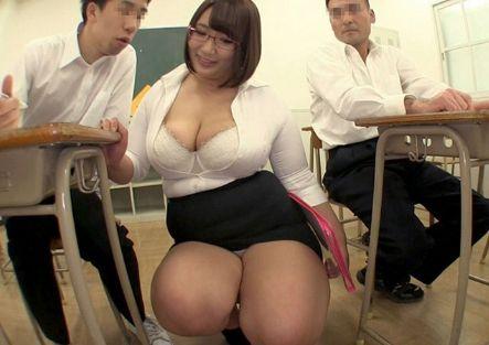 おっぱい触りたいの?豊満すぎる肉弾お姉さんが生徒達に超乳とデカ尻で性指導