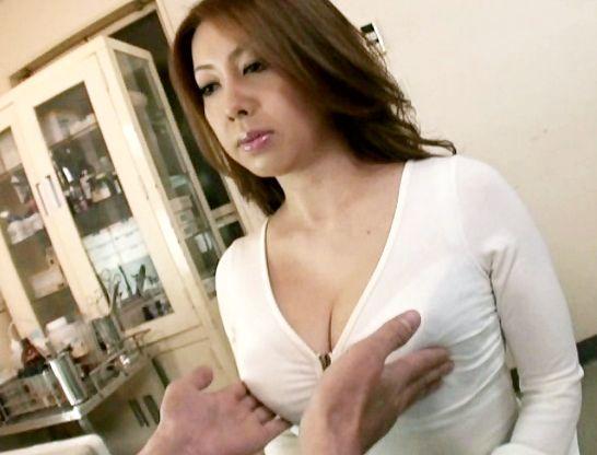 乳首摘まみ上げる変態ドクター。診療台で横たわる熟女の下着を取って股間にいたずらする