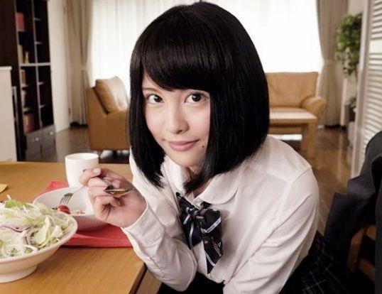 【松岡ちな】激カワ痴女妹が兄チンポをこっそりフェラ♡家族のそばにいるのに食卓の下から咥え込む巨乳美少女!
