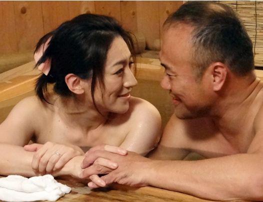 同窓会で久々に再会した男女の恋心が再燃!昔を思い出し濃密に絡み合う不倫ファックで膣内射精!