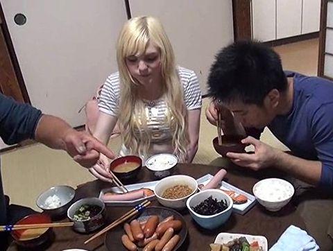 ブロンド美少女が日本の家庭にホームステイ!興奮した変態家族がチンポ丸出しでセクハラやイタズラし放題ww