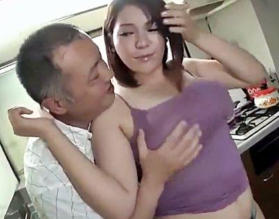 ムチムチ巨乳奥様が放漫ボディで家族を悩殺!変態親父に生い茂る剛毛を剃られてパイパンマンコで騎乗位ご奉仕♡