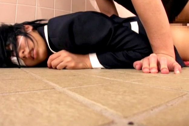 コスプレ美少女をトイレでレイプする変態キモオタ男!押さえ込み無残にも凌辱する鬼畜映像が流出!