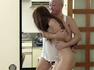 お風呂上りの美熟女を中年オヤジが狙いを定めてレイプ!自宅2階から忍び込み羽交いじめで犯して膣内射精!