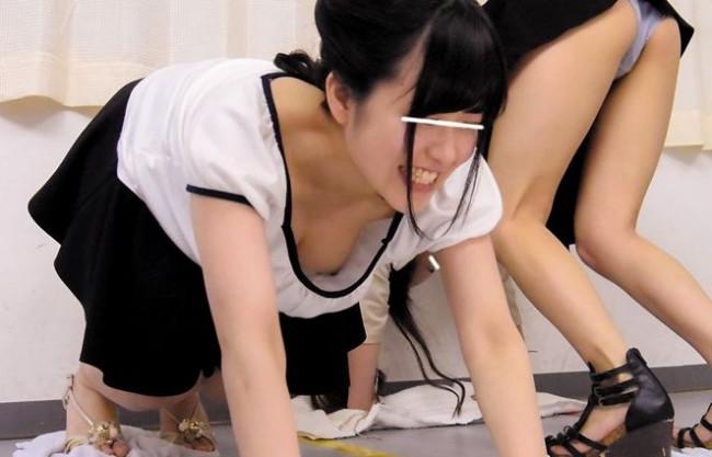 【素人企画】美女2人組が賞金目指してリモバイ雑巾がけレース!ノーブラ乳首をチラチラさせて悶絶羞恥競争ww