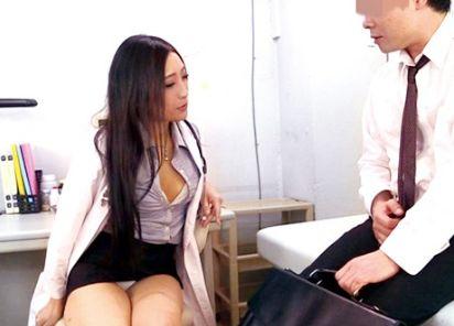 <男の潮吹き>パンチラしまくる淫乱女医さん患者の包茎チンポを剥いて露わになった亀頭を鬼責め
