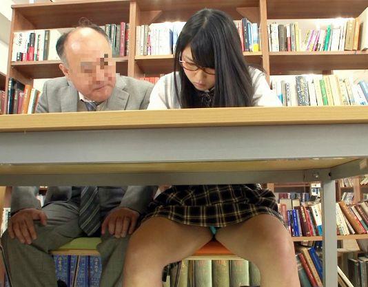 図書館で勉強する制服メガネ美少女を変態おじさんが襲撃!痴漢行為をひたすら耐える姿に興奮しそのままレイプ!
