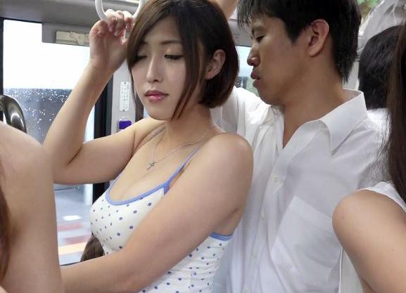 チンポに飢えた肉食系美人奥様たちが草食男子に逆痴漢!バス車内で勃起させてそのまま乱交ファック開始!