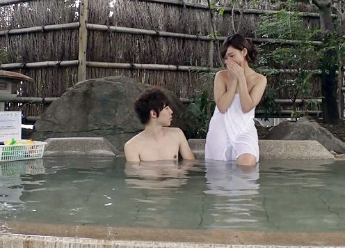 大学のサークル男女がエッチな企画で混浴温泉にチャレンジしてセックス開始