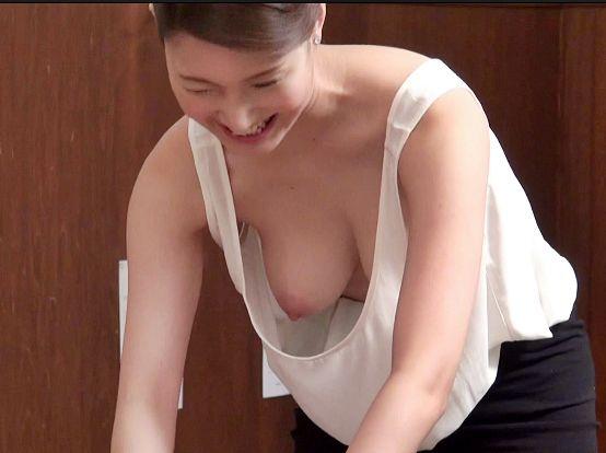 エステの美女がノーブラで乳首チラ見せ♡興奮して勃起が収まらない男性客が辛抱たまらずセックス開始!