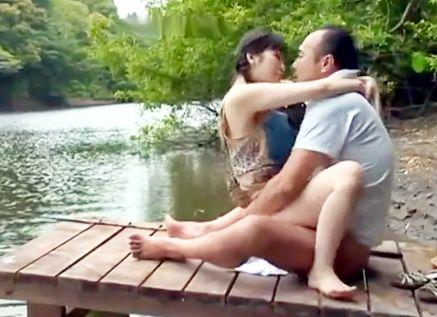 《ヘンリー塚本》肉欲旺盛な変態男女が青姦ファックで悶絶!湖畔で釣りをしながら激しくハメ狂うw