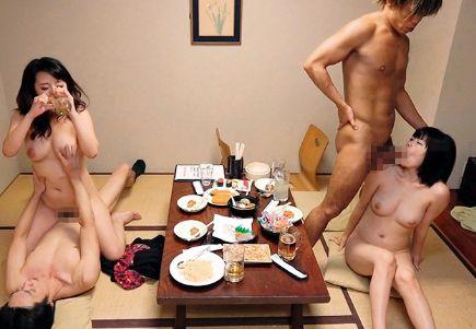 相席居酒屋で出会った美女二人と店内で即ハメセックス!ギャル&地味娘とこっそり乱交パーティーでハメまくる!
