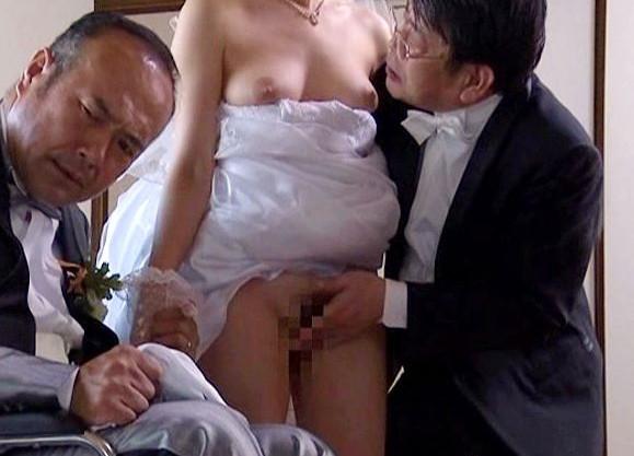 《ながえスタイル》弱みを握られ手籠めにされる美人奥様!事故で働けない旦那の前で鬼畜男に犯される!