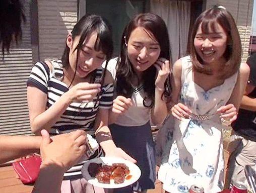 ヤリサーコンパの映像で嬉しそうにチンポを咥えるヤリマン女!よく見たら自分の彼女で思わず鬱勃起…