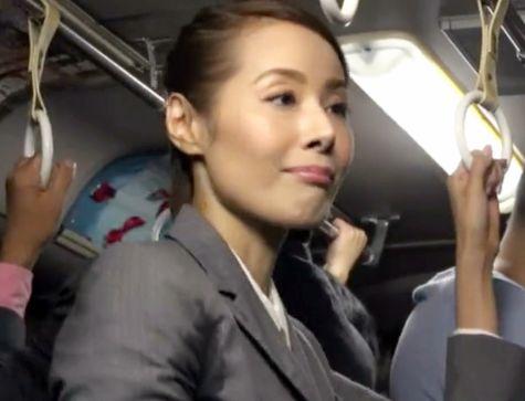 美熟女おばさんが電車内で痴漢に遭遇!まさか自分が…と驚きながらもチンポを拒めず立ちバックでイカされる!