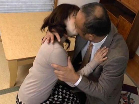 夫の上司に迫られて股を開く淫乱おばさん。おじさんのチンポに悶絶する