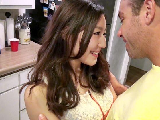 アメリカ人男性の誘惑に堕ちる日本人女子大生!あっさり股を開くビッチマンコを即ハメで喰い散らかすw