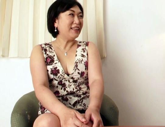 欲求不満を持て余す51歳の美人奥様が刺激を求めて若チンポに欲情!息子ほど年の離れた男とのセックスでイキまくる!