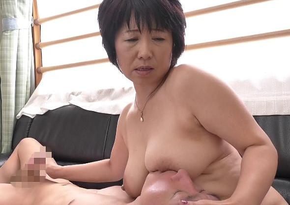 五十路奥様の豊満ボディに若チンポが大興奮!垂れ乳を振り乱して年下男との膣内射精セックスでイキ狂う淫乱熟女!