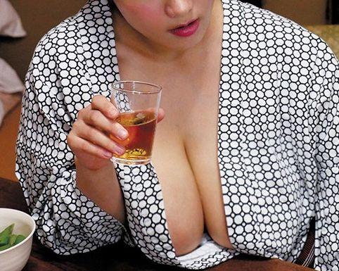 一緒の部屋でボインな女上司のお酒に付き合う男性部下...浴衣からこぼれる泥酔おっぱいにチンポギンギン!騎乗位でグラインド
