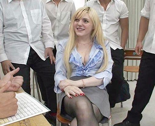 新任教師の金髪白人美女を男子生徒どもが拘束凌辱!マシンバイブ責めされ潮吹きおしっこをまき散らしイキ狂う!