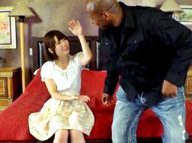 体格差がヤバすぎwww小柄な日本人美少女と30cm超のデカチン黒人が鬼ハメ!おしっこ漏らしてイキまくる