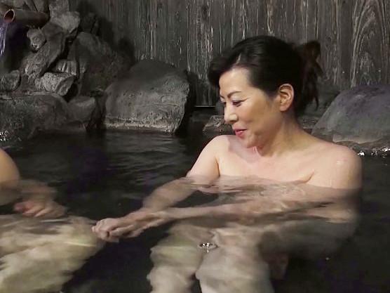 50代の熟年お母さんが我が子と温泉に浸かって旅館で母子相姦!