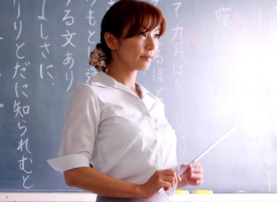 毅然とした姿で凛と佇む美人な女先生を不良生徒がレイプする