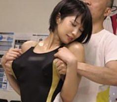 ピチピチ競泳水着を着用したスポーツ美女に勃起チンポのセクハラ整体師が水着をずらして激しくピストン!
