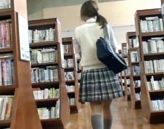 制服ギャルに図書館で襲い掛かる変態痴漢魔!本棚に隠れて無理やりチンポをねじ込み立ちバックで即レイプ!