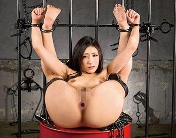 恥ずかしい恰好で完全拘束された全裸美女。鞭打ちの上 肛門にチンポをねじ込まれイキ果てる