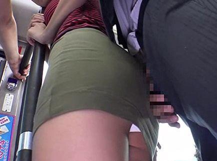 タイトスカート美女のデカ尻に勃起肉棒を押し当てる変態男!ヌルッとねじ込み立ちバックでセックス開始!