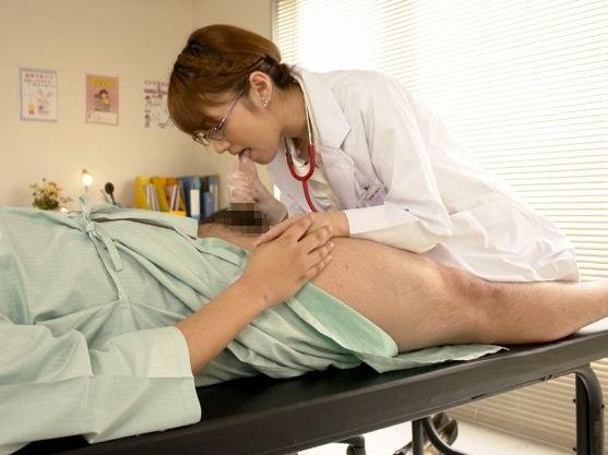 眼鏡をかけた女医さんが患者の勃起チンポを手コキ!責めまくって連続射精させてしまう