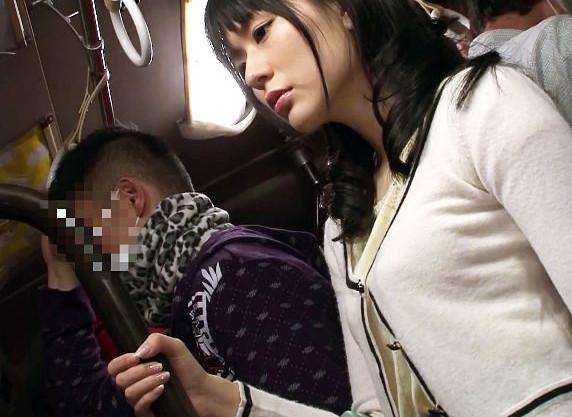 バスの車内で突然痴漢され動揺する美女。エスカレートしていきやがてチンポまで挿入される