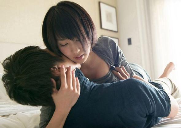 ショート美人のスレンダーなセクシーアイドル湊莉久とイチャラブsex!
