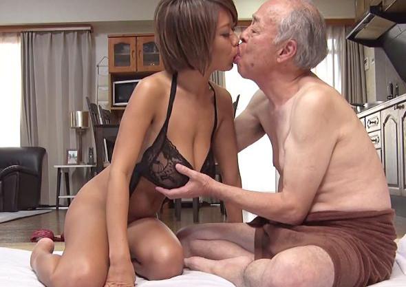 黒ギャルデリヘル嬢を自宅に呼んだスケベな爺さんが若い肉体にむしゃぶりつく