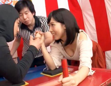《素人企画》くすぐり我慢の腕相撲大会で賞金チャレンジ!負けてしまうとお仕置きセックスが待っている!