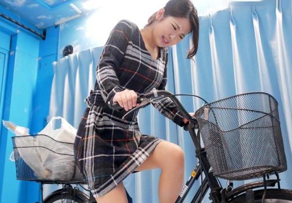 《MM号》買い物中の美人奥様がアクメ自転車体験で悶絶!耐えられず絶頂するマンコに寝取りチンポ挿入!