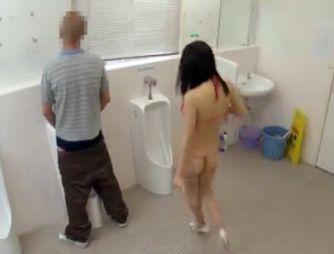 美人女優が男子トイレに忍び込み早ヌキバトル!素人男性に背後から襲い掛かり濃厚ザーメンを搾り取る!