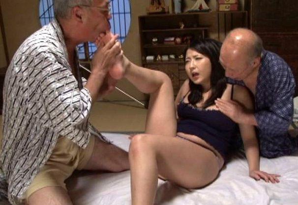 巨乳若奥様に群がるスケベ爺さんが熟練テクで快楽責め!若い男にも負けない絶倫チンポでハメまくる濃密セックス!