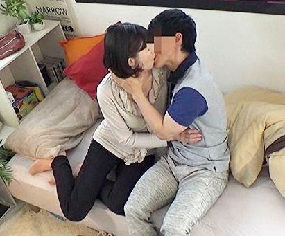【盗撮】50歳の完熟奥様がイケメン男の虜になり不倫セックス!旦那にも相手にされない肉体が若いチンポで悶絶!