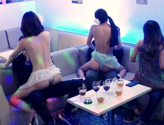 店内でキャバ嬢たちと卑猥なゲームで盛り上がってエロサービスを開始