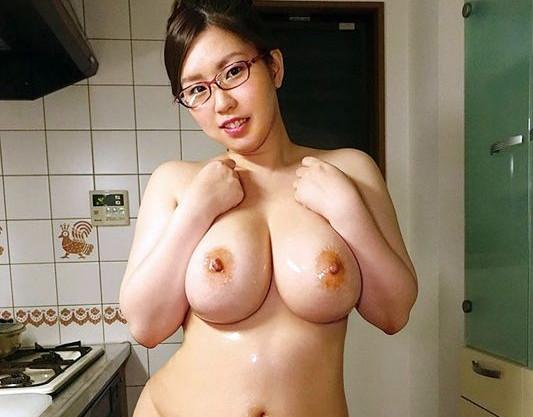 26歳のメガネ美女はHカップ巨乳の事務系OL!チンポに囲まれ卑猥に貪りむちむちボディを悶絶させる!