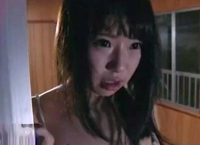 《ヘンリー塚本》窓全開でオナニーするドスケベ美少女!お向かいの男に目撃されてそのまま押し掛けられ犯される!