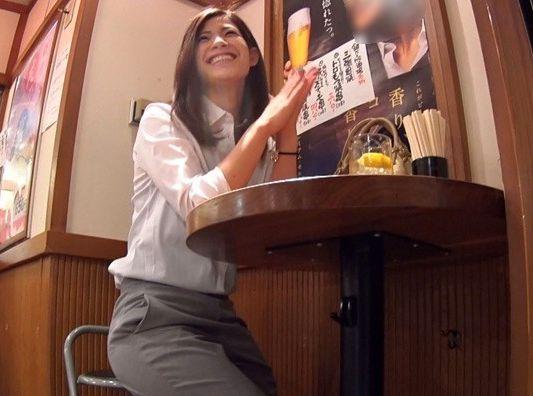 《素人ナンパ》一人飲み美人OLに声をかけゲット!ホテルへ連れ込みさらに酔わせてイタズラ開始ww