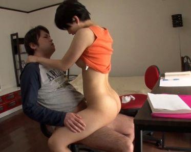 勉強嫌いのバカ受験生が家庭教師をパンチラ挑発!まんまと罠に嵌ってセックスする痴態を隠しカメラで撮影!