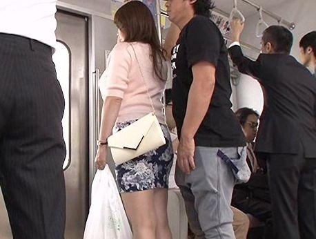 痴漢された快感が忘れられないドスケベ奥様・・・電車内で自ら痴態を晒して男たちの慰み者に!
