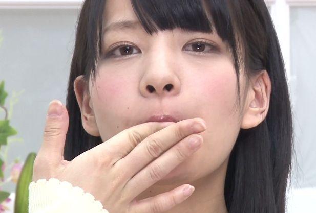 女子アナの口内にたっぷりザーメンを注ぎ込む変態チンポww次々と出された精液を飲みまくる!