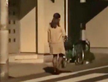 帰宅中の奥さんをストーキング・・・玄関前で襲い掛かり部屋へ押し入って問答無用で犯しまくる鬼畜男!